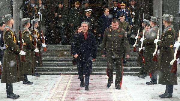 Milli Savunma Bakanı Hulusi Akar ve Belaruslu mevkidaşı Andrey Ravkov'un iki ülke bakanlıkları arasındaki işbirliğinin mevcut halini ve geleceğini görüştüğü belirtildi. - Sputnik Türkiye