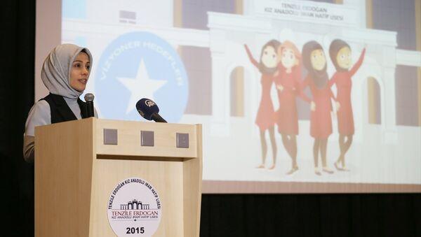 İslam İşbirliği Teşkilatı (İİT) Kadın Danışma Konseyi Başkanı Esra Albayrak, Tenzile Erdoğan İmam Hatip Lisesi tarafından yürütülen ''Vize: Kızlar İçin Vizyoner Hedefler'' projesinin Görev 1.1. Rozet Törenine katılarak konuşma yaptı. - Sputnik Türkiye