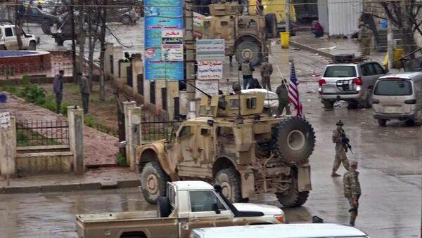 Suriye'nin Menbiç kentinde IŞİD'in ABD öncülüğündeki koalisyonun geçişi sırasında düzenlediği intihar saldırısı - Sputnik Türkiye