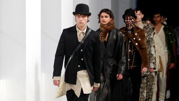 Paris'teki Erkek Moda Haftası'nda tasarımcı Teppei Fujita'nın Sulvam markası için Sonbahar/Kış 2019-2020 koleksiyonu - Sputnik Türkiye