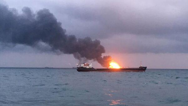 Kerç Boğazı'nda yanan 2 gemi - Sputnik Türkiye