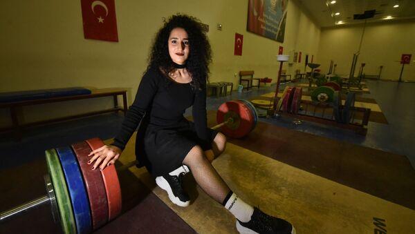 'Halter erkek sporu' diyenlere inat şampiyonluk istiyor: Podyuma çıkmadan makyaj yapıp, rujumu sürüyorum - Sputnik Türkiye