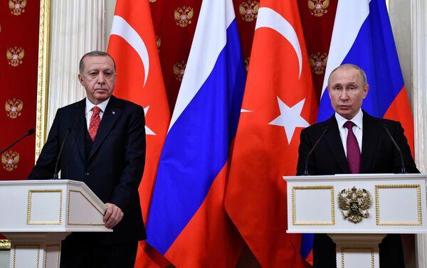 Cumhurbaşkanı Recep Tayyip Erdoğan ile Rusya Devlet Başkanı Vladimir Putin'in görüşmesi sona erdi. Yaklaşık 2 saat süren görüşmenin ardından iki lider, heyetler arası görüşmeye geçti. Heyetler arası görüşmenin ardından ikili ortak basın toplantısı düzenlendi. - Sputnik Türkiye