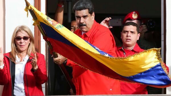 Venezüella Devlet Başkanı Nicolas Maduro başkanlık sarayı önünde halka hitap etti - Sputnik Türkiye
