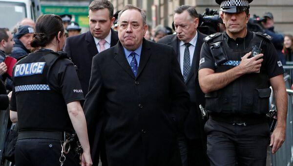 Edinburgh Sheriff Mahkemesi'nden çıkışta Alex Salmond - Sputnik Türkiye