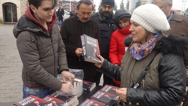 Lise öğrencisi Ata Mollaoğlu, Yılmaz Özdil tarafından yazılan 'Mustafa Kemal' kitabının 2 bin 500 liraya satılmasına tepki göstererek İstiklal Caddesi'ndeki harçlıklarından biriktirerek aldığı 57 adet 'Nutuk' kitabını dağıttı. - Sputnik Türkiye