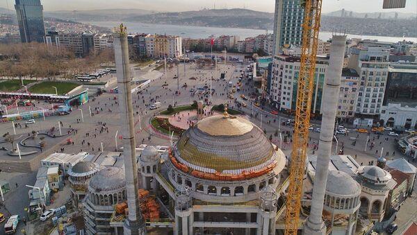 Topçu Kışlası'nın yapılması planlanan Gezi Parkı alanı ve Taksim Camii - Sputnik Türkiye