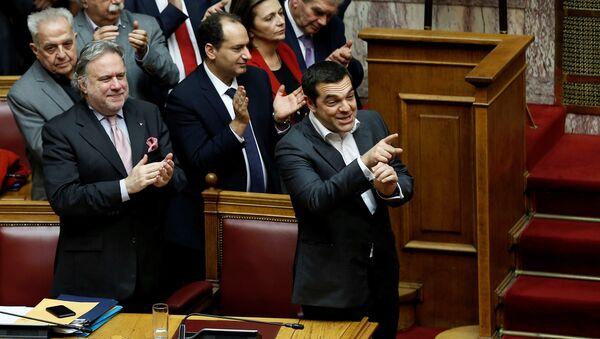 Makedonya isim anlaşmasının Yunan parlamentosundan geçmesini sevinçle karşılayan Çipras ve Syriza'dan arkadaşları, kararı alkışladı. - Sputnik Türkiye