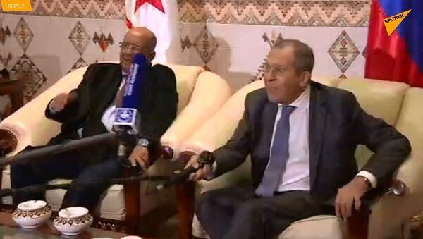 Lavrov, Cezayir'de mikrofonla 'tokalaştı' - Sputnik Türkiye