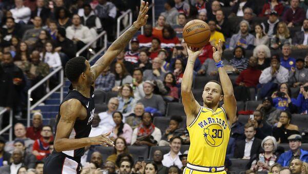 Wizards'dan Trevor Ariza ile Warriors'dan Stephen Curry karşı karşıya... - Sputnik Türkiye