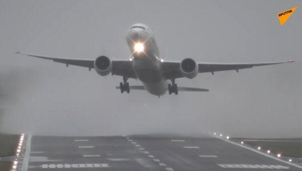 İngiltere'de sert rüzgarlar uçaklara zor anlar yaşattı - Sputnik Türkiye