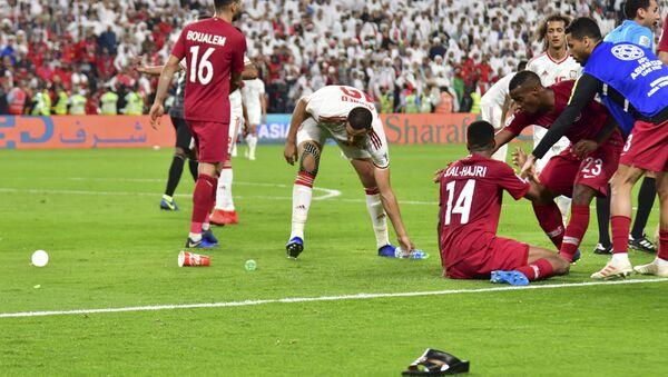 29 January 2019'da Abu Dabi'nin Muhammed Bin Zayed Stadyumu'nda BAE ile Katar arasında oynanan Asya Kupası yarı finali, sık sık sahaya şişe ve terlik atılmasıyla sekteye uğradı. - Sputnik Türkiye