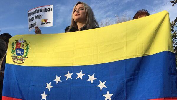 Venezüella Dayanışma Komitesi, Beşiktaş Meydan'da bir araya gelerek, Venezüella halkına destek eylemi gerçekleştirdi. - Sputnik Türkiye