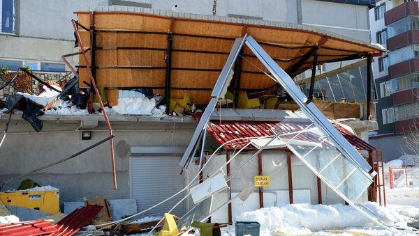 Bitlis, kar düşmesi sonucu kafenin teras katı çöktü - Sputnik Türkiye