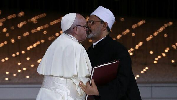 El Ezher Kurumu Şeyhi Ahmed et-Tayyib ile Katoliklerin ruhani lideri ve Vatikan Devlet Başkanı Papa Franciscus - Sputnik Türkiye