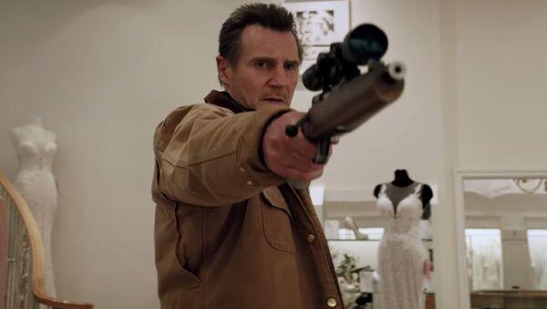 Liam Neeson 'Cold Pursuit' filminin bier sahnesinde - Sputnik Türkiye