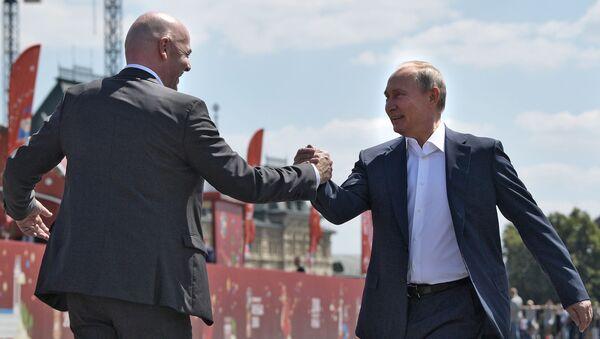 President Vladimir Putin and President of the International Football Federation (FIFA) Gianni Infantino (left) during a visit to the World Football Championship theme park - 2018 on Red Square. - Sputnik Türkiye