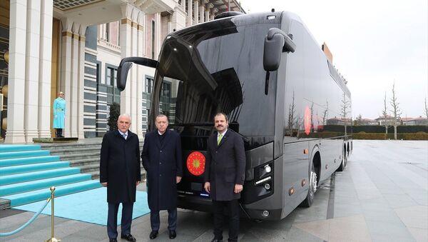 Cumhurbaşkanı Recep Tayyip Erdoğan (ortada), BMC firması tarafından Cumhurbaşkanlığına hediye edilen aracı inceledi. - Sputnik Türkiye