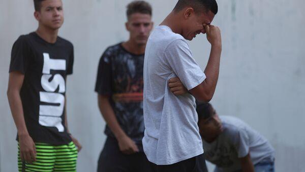 Brezilya futbol kulübü Flamengo'nun Rio de Janeiro'daki tesisinde çıkan yangında genç futbolcular öldü ve yaralandı, binanın önünde yakınlarından haber bekleyenler gözyaşlarına boğuldu. - Sputnik Türkiye