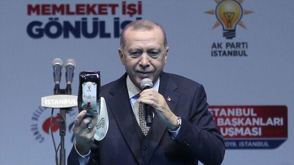 Erdoğan, Sinan Erdem Spor Salonu'nda İstanbul Sandık Başkanları Buluşması'nda konuştu: Ben şimdi size keyif çayı ikram edeceğim, sandık kurullarımız bunu size ulaştıracak. Bu çay gerçekten çok keyiflidir. Bütün sandık seçmen listesine ulaşacak, 200 gramlık bu çay paketlerini ikram edeceksiniz. - Sputnik Türkiye