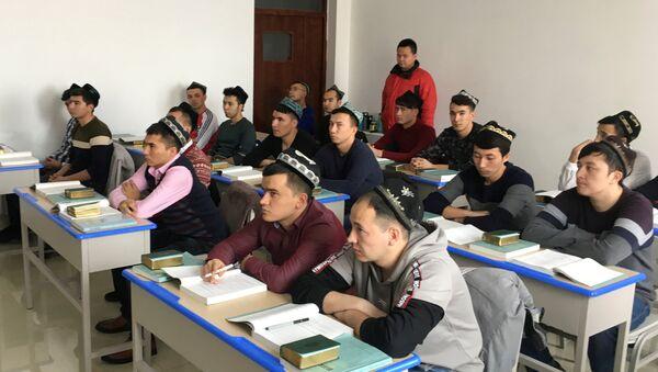 Çin devletinin düzenlediği geziye katılanlar, Urumki'deki Xinjiang (Şinciang) İslami Çalışmalar Enstitüsü'nün öğrencilerini görüntüledi. - Sputnik Türkiye