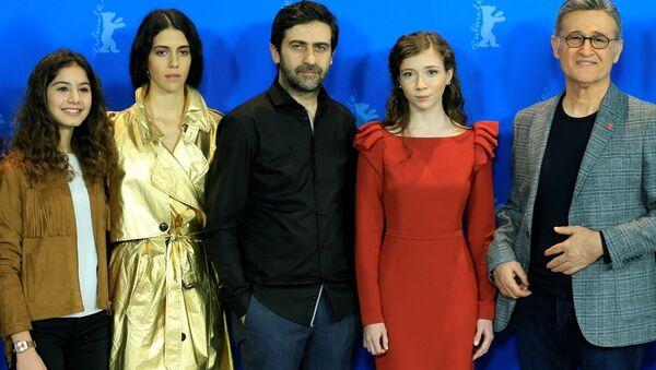 69. Uluslararası Berlin Film Festivali'nde Altın Ayı için yarışan Kız Kardeşlerin senarist ve yönetmeni Emin Alper, Başlıca amacım umut hikayesini anlatmak. Daha iyi bir yaşam umuduyla hareket eden insanların hikayesini anlatmak. dedi. - Sputnik Türkiye