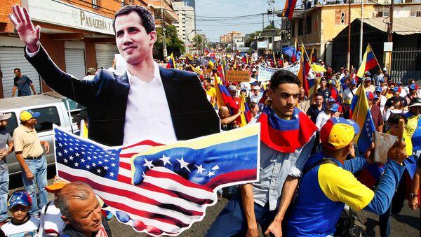 Venezüella'da kendini 'geçici devlet başkanı' ilan eden Juan Guaido'nun destekçileri, düzenledikleri gösterilerde ABD bayrakları taşıdı - Sputnik Türkiye