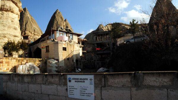 Kapadokya'da peribacaları yanında inşa edilen yan yana 2 binadan oluşan otel inşaatı - Sputnik Türkiye