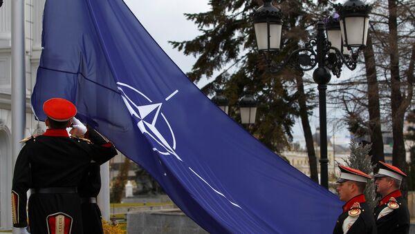 Makedonya hükümet binası önünde dün düzenlenen törenle ülke bayrağının yanına NATO bayrağı göndere çekildi. - Sputnik Türkiye