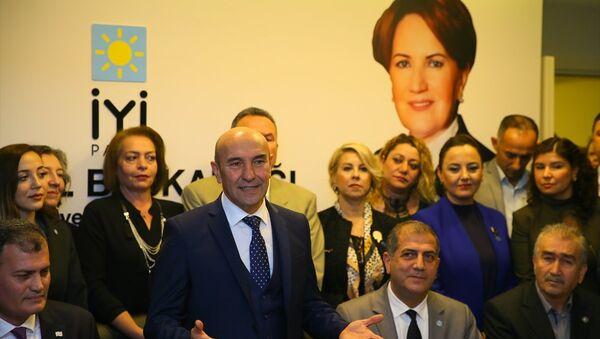 CHP'nin İzmir Adayı Tunç Soyer, Sur Belediyesine hendeklere destek olmak için gitmedik. Bir kanunla kayyum denilen bir şey başlatıldı. Bu, yerel mevzuatın tamamen dışında hukuki olmayan bir kanundur. Bir belediye başkanı olarak böyle bir adım atıldığında buna tepki göstermek, bunun yanlış olduğunu söylemek en demokratik tavırdır dedi. - Sputnik Türkiye