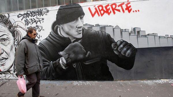 Fransa'nın başkenti Paris'te Sarı Yelekler'in geçen ay düzenlediği gösteride iki polisi darbeden eski boksör Christophe Dettinger'un duvar resmi - Sputnik Türkiye