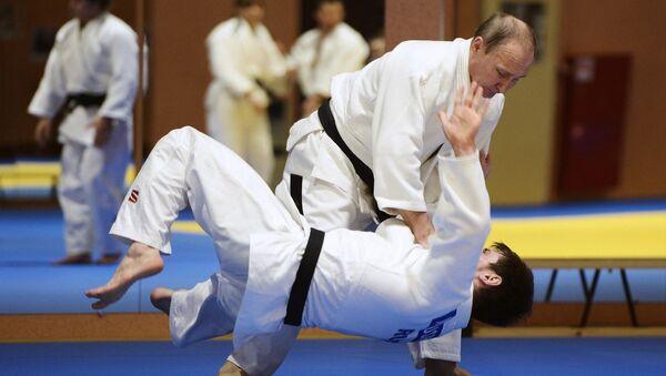 Rusya Devlet Başkanı Putin, Cumhurbaşkanı Erdoğan ve İran Cumhurbaşkanı Ruhani ile gerçekleştirilen Suriye konulu toplantının ardından Soçi'de judo yaptı. - Sputnik Türkiye