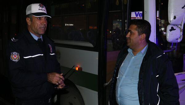 Halk otobüsü sürücüsü, direksiyon başında okey oynadı - Sputnik Türkiye