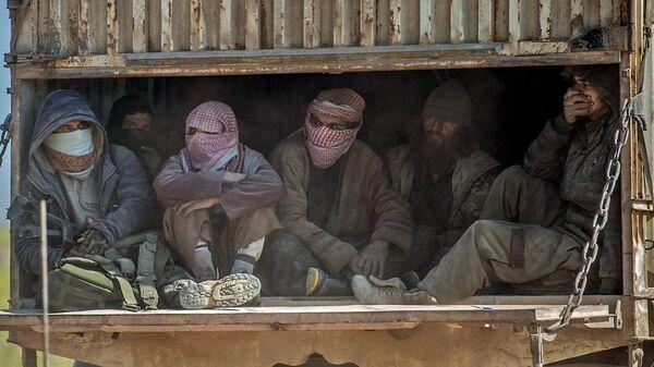IŞİD'in Suriye'de elinde tuttuğu son köy olan Baghuz'da DSG'ye teslim olan IŞİD'liler  - Sputnik Türkiye