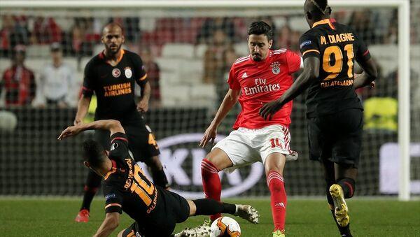 Galatasaray, UEFA Avrupa Ligi son 32 turunda ilk maçta 2-1 yenildiği Benfica ile deplasmanda golsüz berabere kaldı ve Avrupa kupalarına veda etti. - Sputnik Türkiye