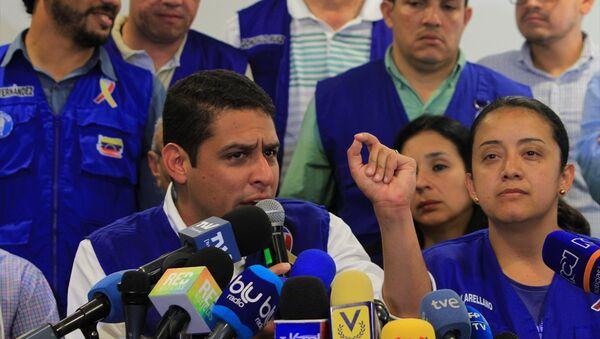 Venezüella Ulusal Meclis (AN) milletvekilleri Jose Manuel Olivares (solda 2) ve Gaby Arellano (sağda 2) - Sputnik Türkiye