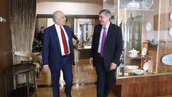 ABD'nin Afganistan Özel Temsilcisi Zalmay Halilzad ve Rusya Devlet Başkanı Vladimir Putin'in Afganistan Özel Temsilcisi Zamir Kabulov - Sputnik Türkiye