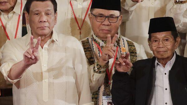 Filipinler Devlet Başkanı Rodrigo Roa Duterte, Moro İslami Kurtuluş Cephesi (MİKC) lideri Hacı Murat İbrahim ve Bangsamoro Geçiş Komisyonu Siyasi İşler Başkan Yardımcısı Gazali Cafer - Sputnik Türkiye