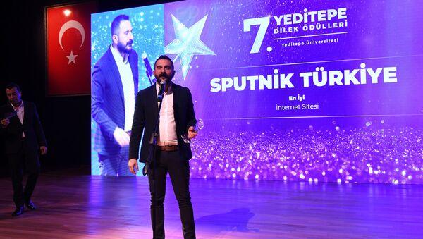 25 bin Yeditepe Üniversitesi öğrencisinin 35 kategoride seçtiği, yılın en iyileri arasında Sputnik Türkiye de yer aldı. Ödülü, Sputnik Türkiye Genel Yayın Yönetmeni Mahir Boztepe aldı. - Sputnik Türkiye