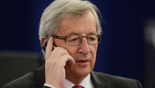 AB Komisyonu Başkanı Jean-Claude Juncker'i konuşma yaptığı sırada eşi aradı. Konuşmasını kesip eşinin telefonunu açan Juncker, tüm salonu güldürdü. - Sputnik Türkiye