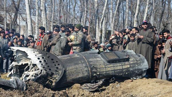 Cammu Keşmir'in Budgam bölgesinde düşen Hindistan uçağının kalıntıları - Sputnik Türkiye