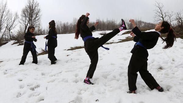 Irak'ta kar üzerinde karate eğitimi - Sputnik Türkiye