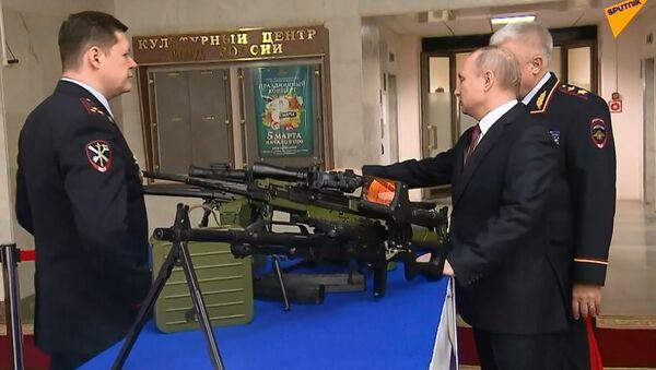Putin, Rus ordusu ve polisi için hazırlanan yeni tabancaları inceledi - Sputnik Türkiye