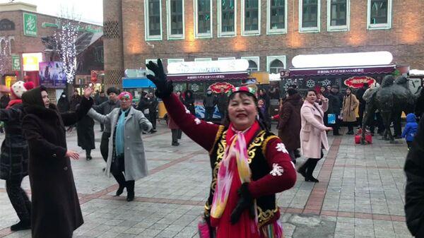 Sincan Uygur Özerk Bölgesi'nin başkenti Urumçi'de geleneksel dans gösterisi yapan bir grup - Sputnik Türkiye