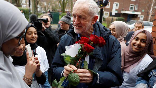 Londra'da Finsbury Park Camisi'ni ziyaret eden İşçi Partisi Lideri Jeremy Corbyn - Sputnik Türkiye