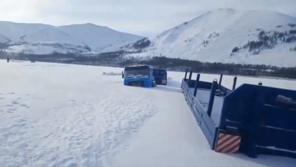 Rusya'da buzda sıkışıp kalan iki kamyon bir aydır çıkarılmayı bekliyor - Sputnik Türkiye