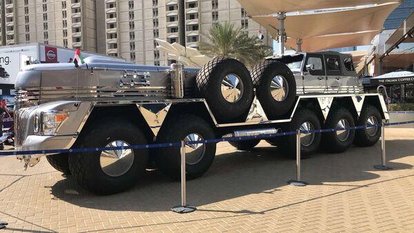 Abu Dabi emirlik ailesinden Şeyh Hamad Bin Hamdan El Nahyan için özel olarak Dubai'de üretilen Dhabiyan adlı 10 tekerlekli devasa arazi aracının videosu çekilerek internette yayınlandı. - Sputnik Türkiye