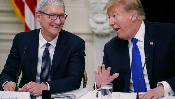 ABD Başkanı Donald Trump ve Apple CEO'su Tim Cook - Sputnik Türkiye