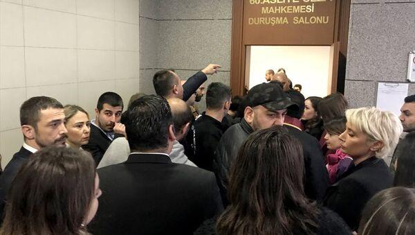 Oyuncu Ahmet Kural'ın , şarkıcı Sıla Gençoğlu'na karşı 'hakaret, tehdit ve kasten yaralama' suçlarından 5 yıla kadar hapis cezası istemiyle yargılanmasına başlandı. - Sputnik Türkiye