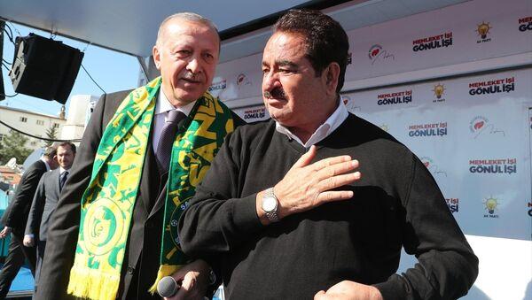 Cumhurbaşkanı Erdoğan'ın Şanlıurfa'da düzenlediği mitinge Şanlıurfalı sanatçı İbrahim Tatlıses de katıldı. - Sputnik Türkiye